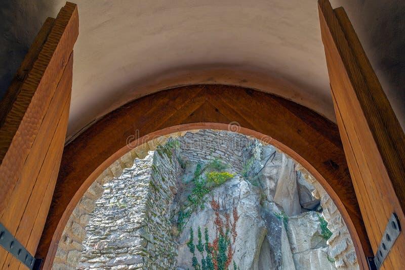 中世纪堡垒的墙壁有装饰植被的 库存图片
