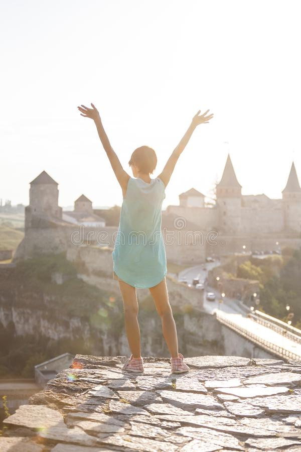中世纪堡垒的背景的女孩 库存照片