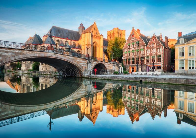 中世纪大教堂和桥梁在一条运河在跟特-绅士, Belg 免版税库存图片