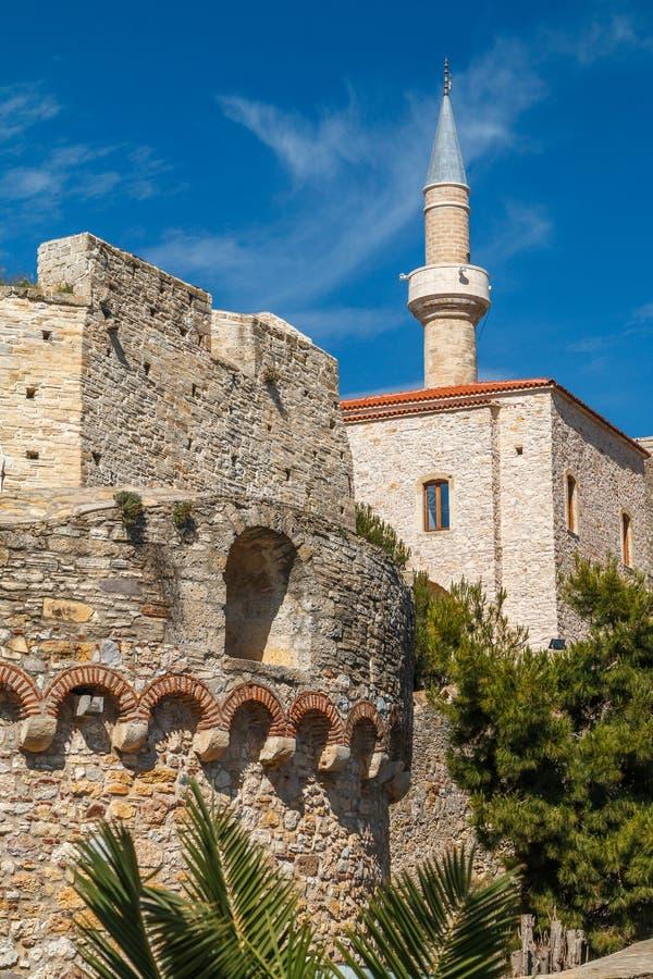 中世纪奥托曼堡垒在切什梅,土耳其英菲尼迪QX60上坡辅助图片