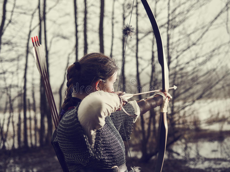 中世纪射箭,妇女射击 库存照片