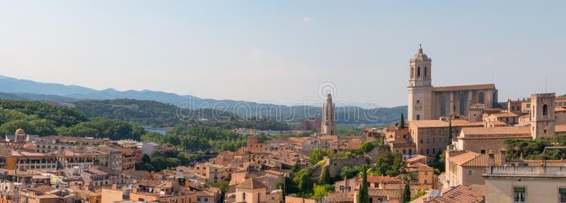 中世纪市的全景风景有希罗纳,西班牙大教堂的希罗纳  库存图片