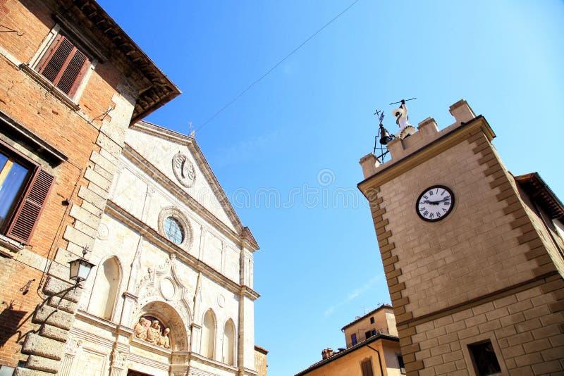 中世纪房子和钟楼在蒙特普齐亚诺,托斯卡纳,意大利 库存图片