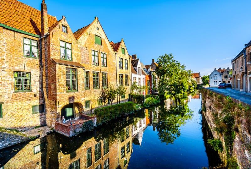 中世纪房子房子的反射在一条运河的水域中在布鲁日,比利时 图库摄影