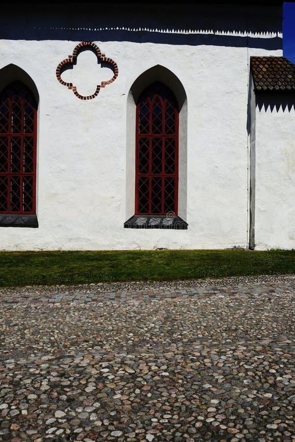 中世纪教会和鹅卵石路面的墙壁 库存照片