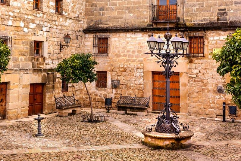 中世纪方形的胡安de巴伦西亚在宇部,哈恩省,西班牙 免版税库存照片