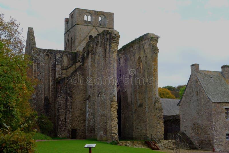 中世纪昂比埃修道院的废墟 免版税库存照片