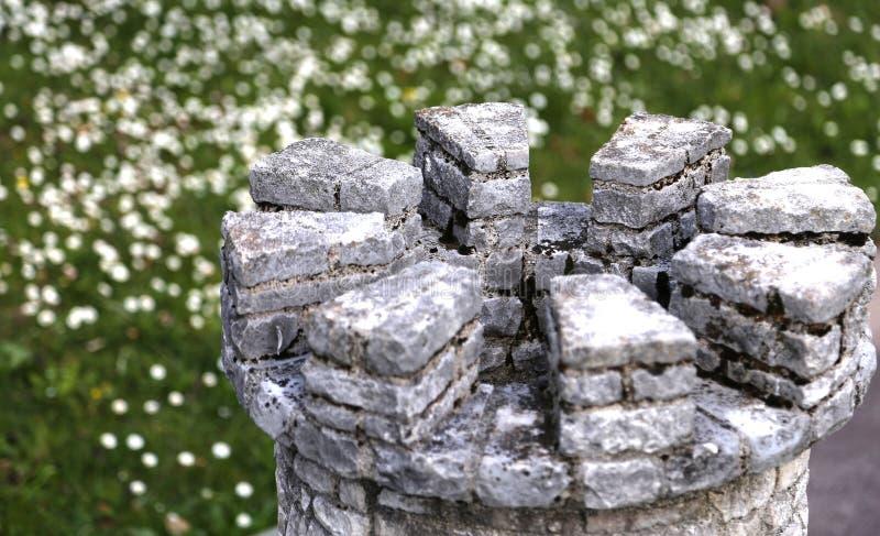 中世纪有城垛的塔形状城堡的细节  免版税库存照片