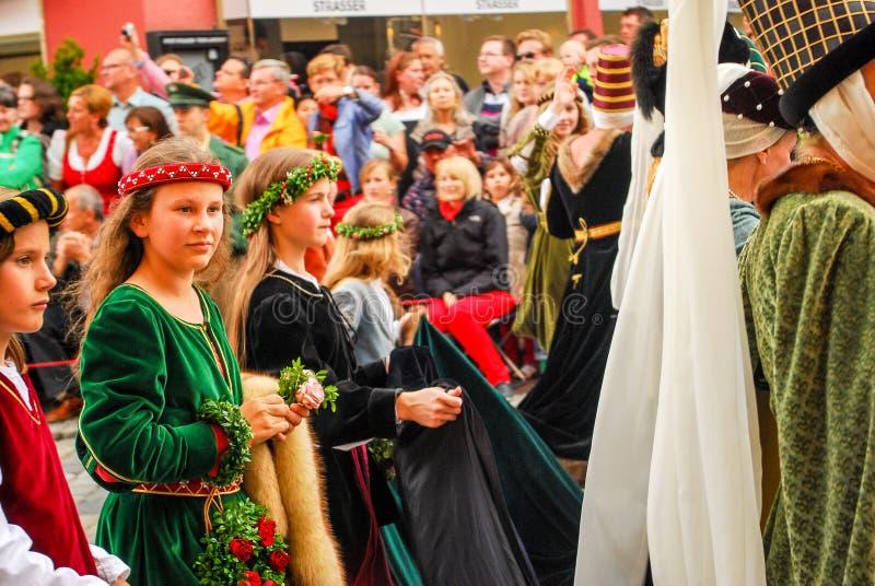 中世纪服装的女孩 免版税库存图片