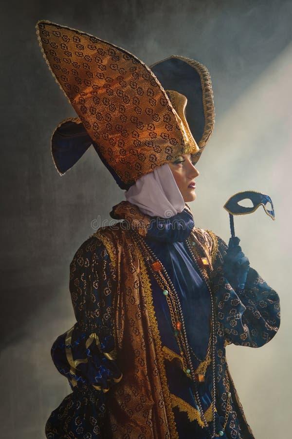中世纪服装的妇女 免版税库存照片