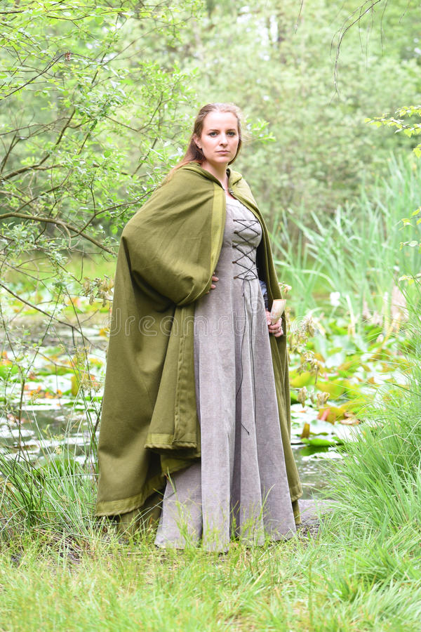 中世纪服装的少妇 免版税库存图片