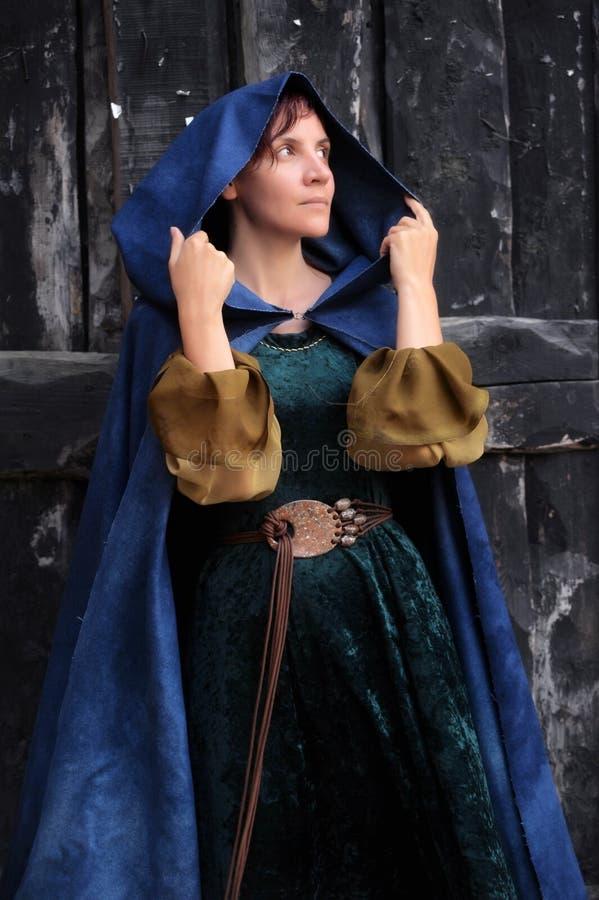 中世纪服装的年轻美丽的妇女 免版税库存照片