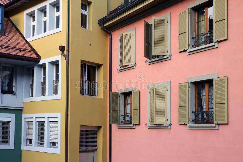 中世纪样式大厦五颜六色的墙壁在尼翁,瑞士 免版税库存照片