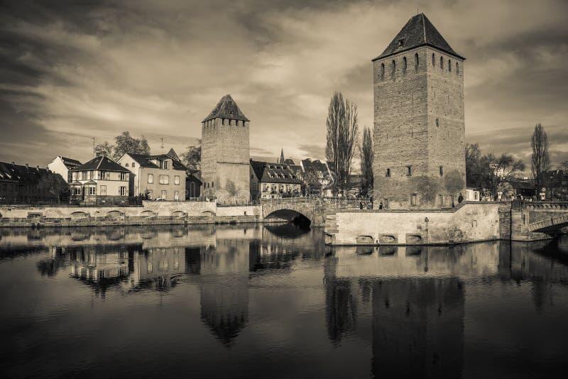 中世纪桥梁从堰坝Vauban的蓬兹Couverts黑白看法在史特拉斯堡 库存照片