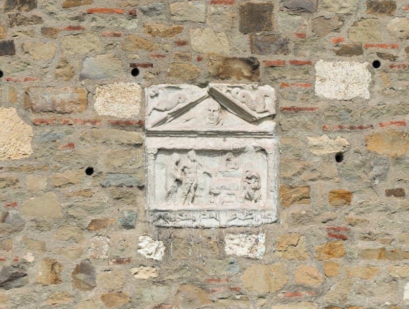 中世纪浅浮雕的遗骸在堡垒墙壁上的在斯梅代雷沃堡垒的废墟,站立在多瑙河的银行 库存照片