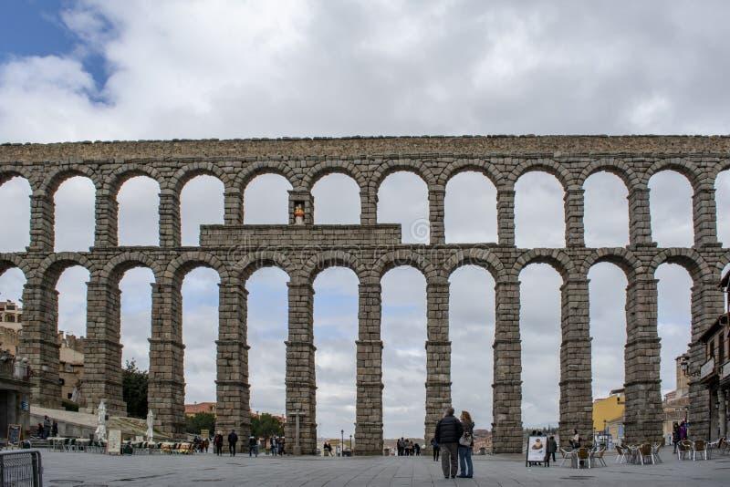 中世纪渡槽在塞戈维亚城市广场在西班牙 免版税库存图片