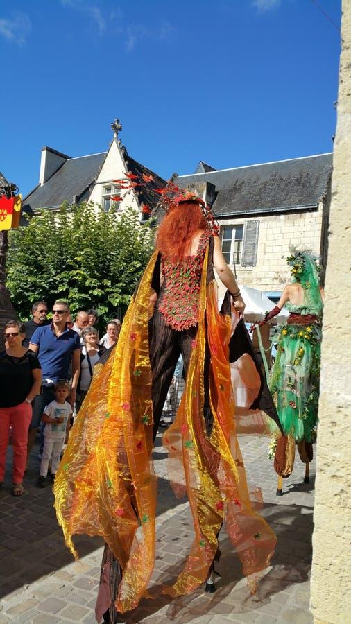中世纪狂欢节的高跷步行者在法国 免版税库存图片