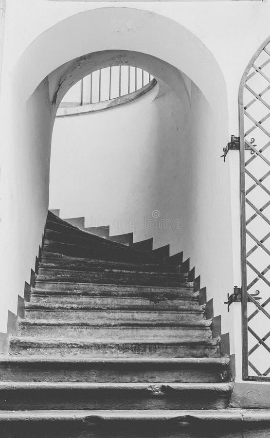 中世纪的结构 在古老塔的老绕台阶 免版税库存照片