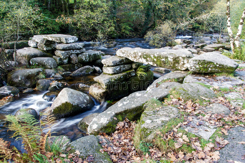 中世纪石拍板桥梁, Dartmoor英国 库存图片