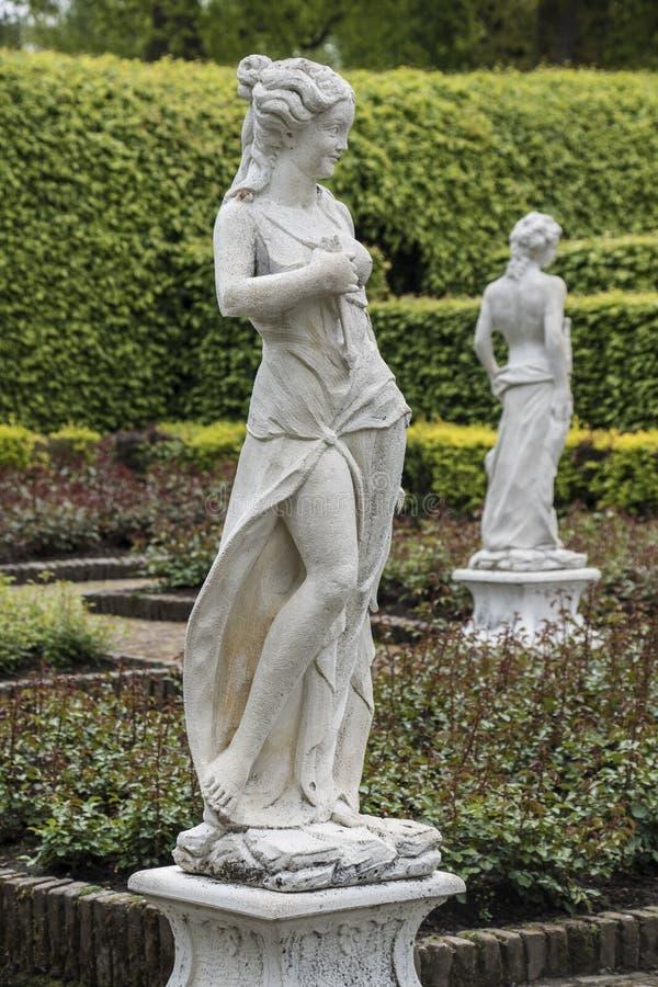 中世纪肉欲的女性雕塑在Arcen,荷兰城堡庭院里  免版税库存图片