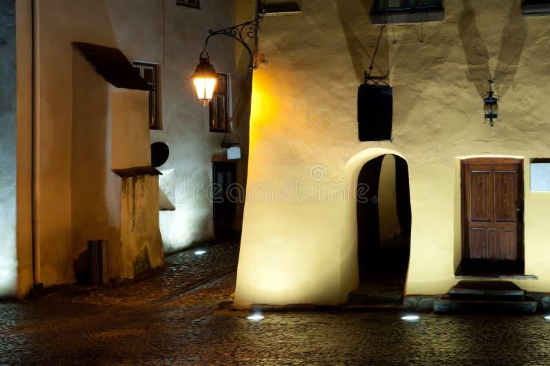 中世纪街道和大厦在夜之前 免版税库存照片