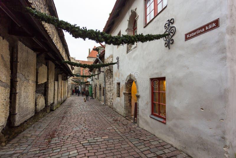 中世纪街道圣凯瑟琳` s段落半暗藏的走道在老镇 免版税库存照片