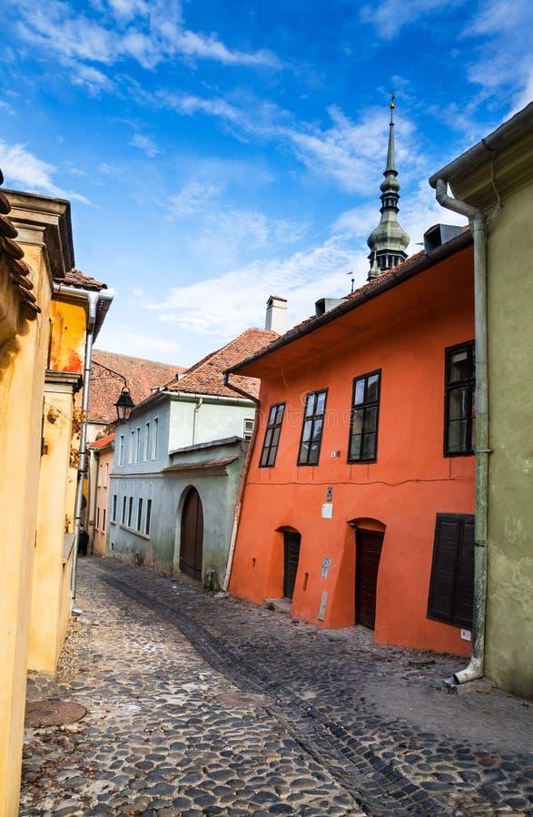 中世纪被铺的街道在Sighisoara,特兰西瓦尼亚。 免版税图库摄影
