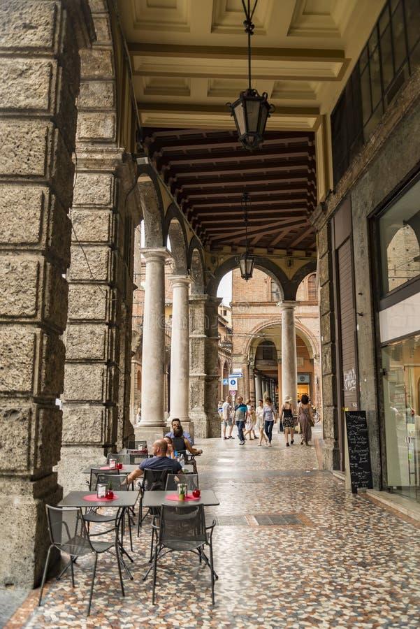 中世纪街道门廓在波隆纳,意大利 免版税库存照片