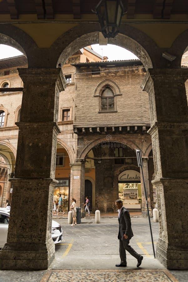 中世纪街道门廓在波隆纳,意大利 库存图片