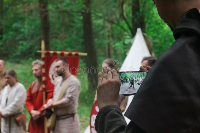 中世纪衣物录影带中世纪决斗的人在两个北欧海盗战士之间 库存照片