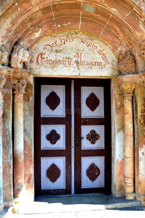 中世纪被加强的教会的门在阿夫里格,锡比乌,特兰西瓦尼亚 免版税库存图片