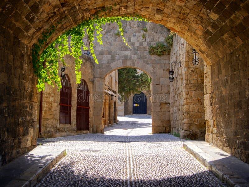 中世纪被成拱形的街道 免版税库存照片