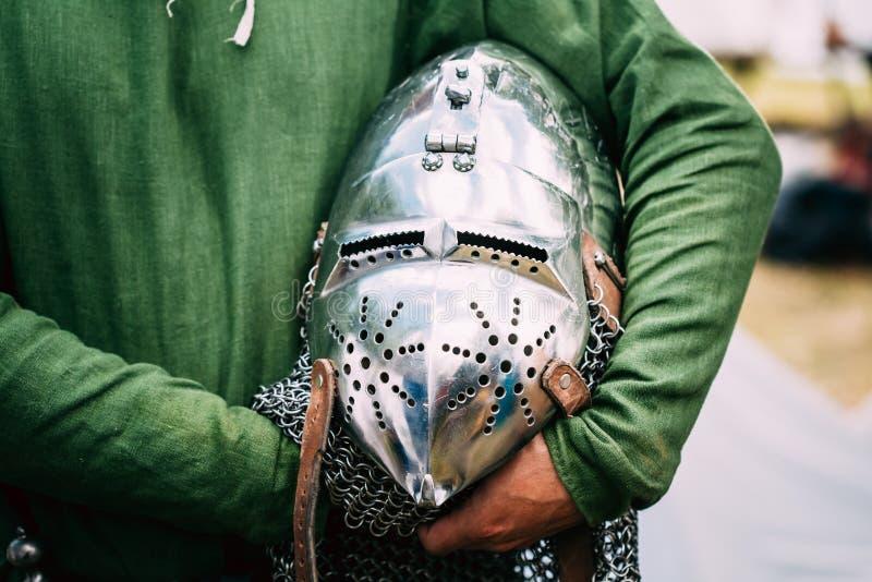 中世纪装甲服骑士盔甲在表上的 库存照片