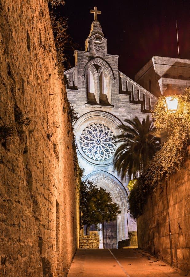 中世纪设防墙壁和有启发性教会老镇的阿尔库迪亚,马略卡西班牙 免版税库存图片