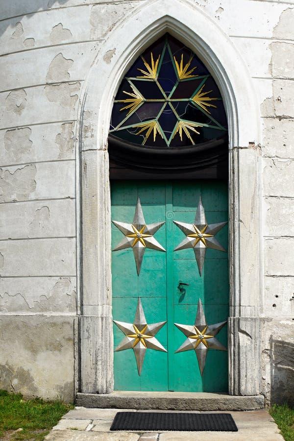 中世纪铁教会门道入口 免版税库存照片