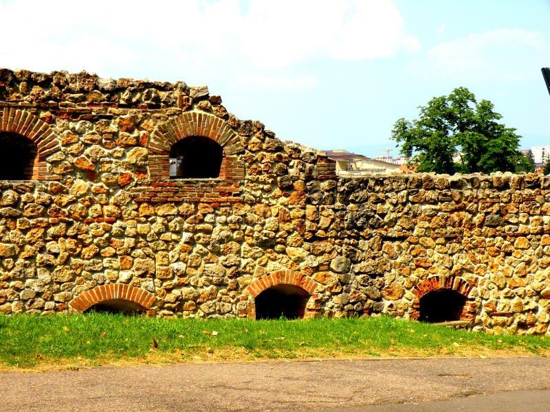 中世纪镇布拉索夫(Kronstadt), Transilvania,罗马尼亚的墙壁 图库摄影