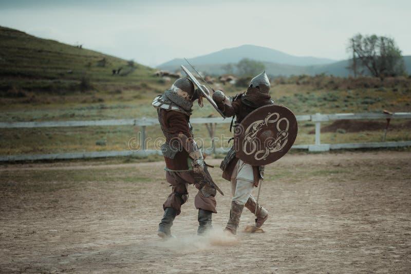 中世纪马上枪术比赛在盔甲和锁子甲争斗授以爵位在剑 库存图片
