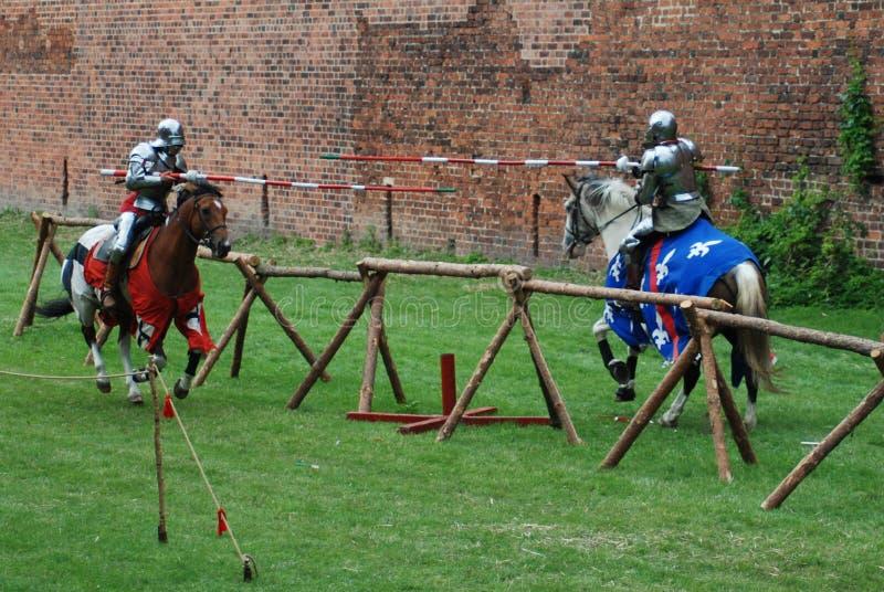中世纪马背射击的骑士 库存图片