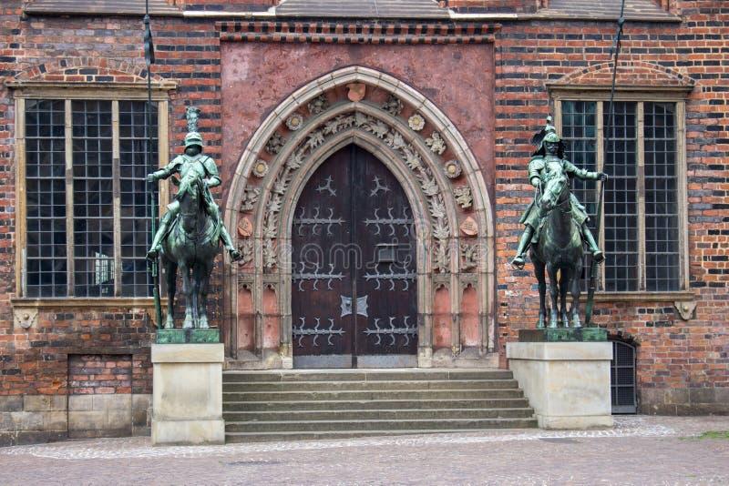 中世纪骑士古铜色雕象在布里曼城镇厅附近的 德国的文化遗产感兴趣 古老雕塑在布里曼的中心 图库摄影