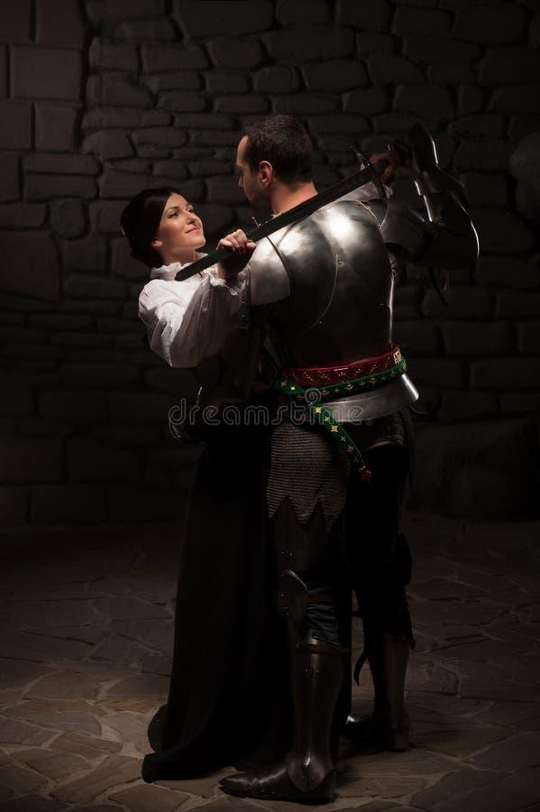 中世纪骑士和夫人摆在 免版税库存图片