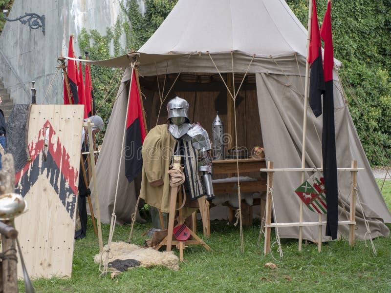 中世纪骑士的衣物 城市马格德堡,德国的历史事件的重建 一个印象深刻的节日为 免版税库存图片