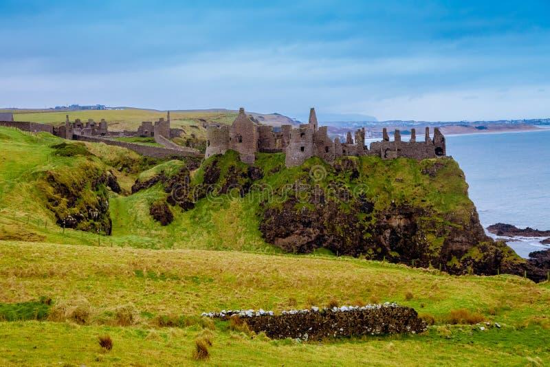 中世纪Dunluce城堡的废墟 库存照片