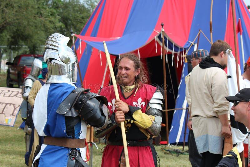 中世纪Faire的骑士在马背射击以后 免版税库存照片