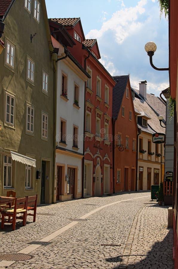 中世纪Loket市街道有五颜六色的大厦的和鹅卵石路在夏日之前 免版税库存照片