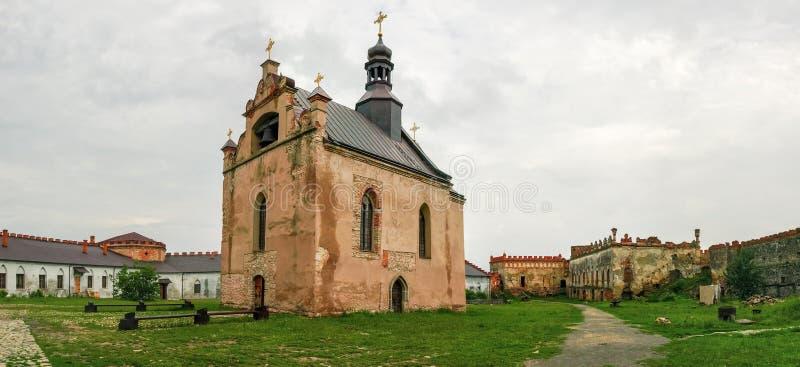 中世纪Medzhybizh堡垒,有教会的庭院 Khmelnytska Oblast,乌克兰 免版税库存照片