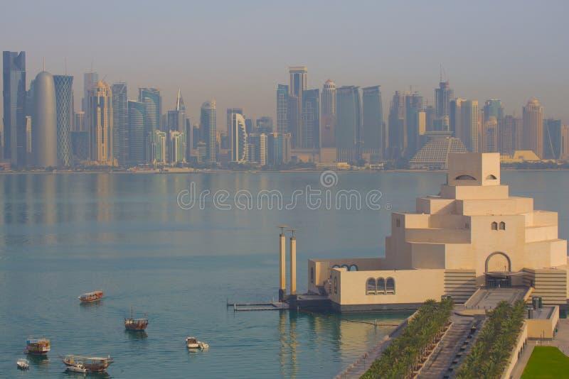 中东、卡塔尔、伊斯兰教的艺术多哈、博物馆&从东湾区的西湾中央财政区 免版税库存图片