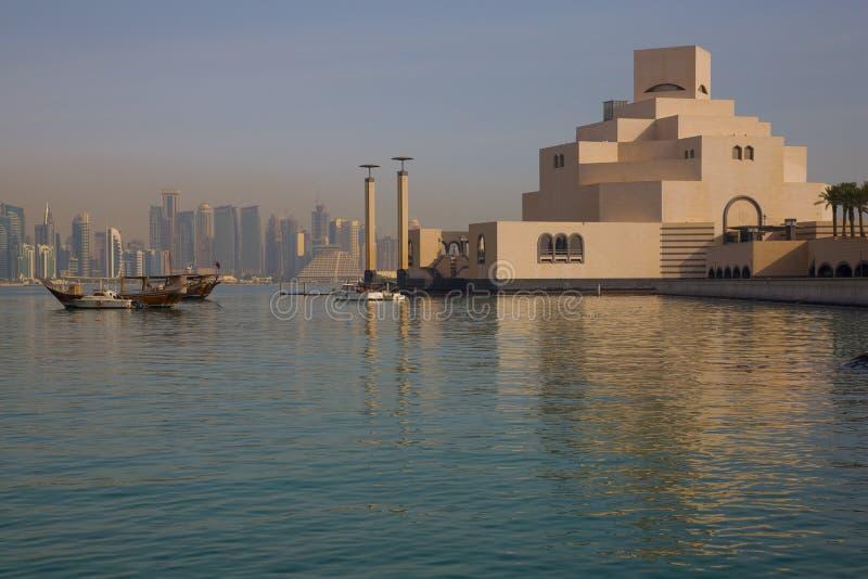 中东、卡塔尔、伊斯兰教的艺术多哈、博物馆&从东湾区的西湾中央财政区 库存照片