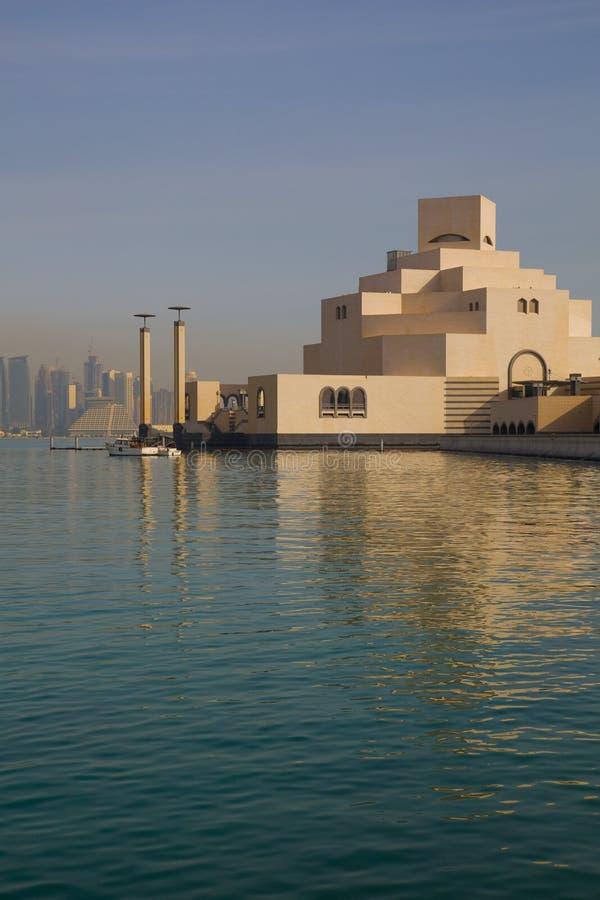 中东、卡塔尔、伊斯兰教的艺术多哈、博物馆&从东湾区的西湾中央财政区 图库摄影