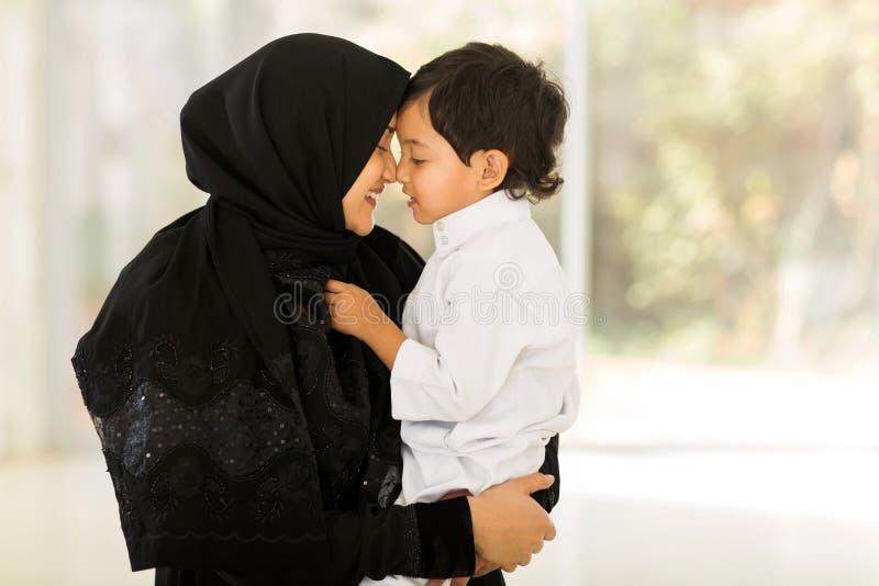中东妇女儿子 免版税库存图片
