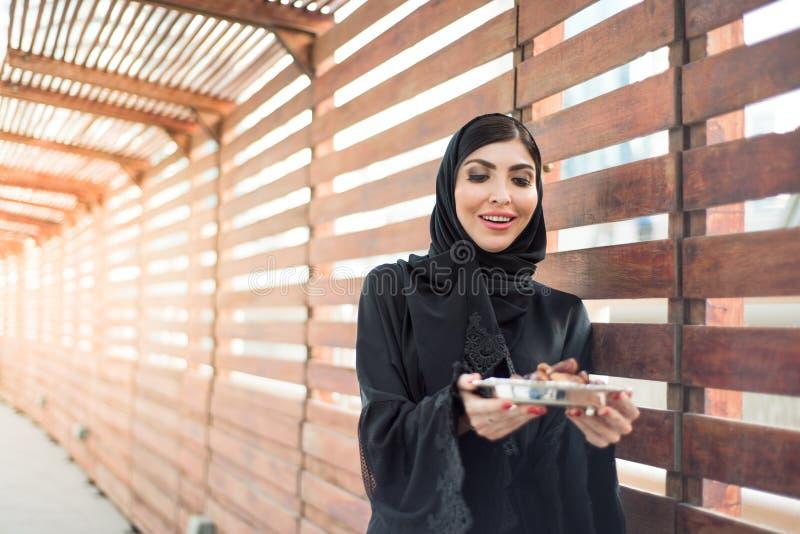 中东妇女提供的日期 库存图片